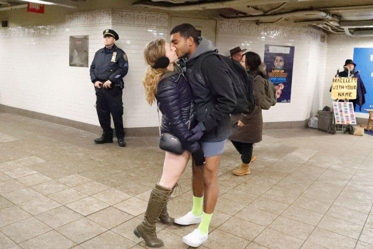 По цілому світу люди їздили в метро... без штанів