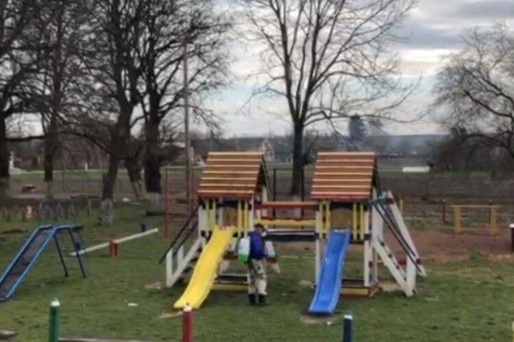 У громаді біля Луцька дезинфікують дитячі майданчики