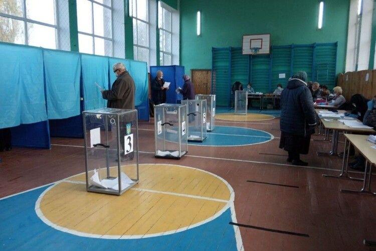 Нестача скриньок і кабінок та транспортування сейфа: на Волині – перші порушення на виборах
