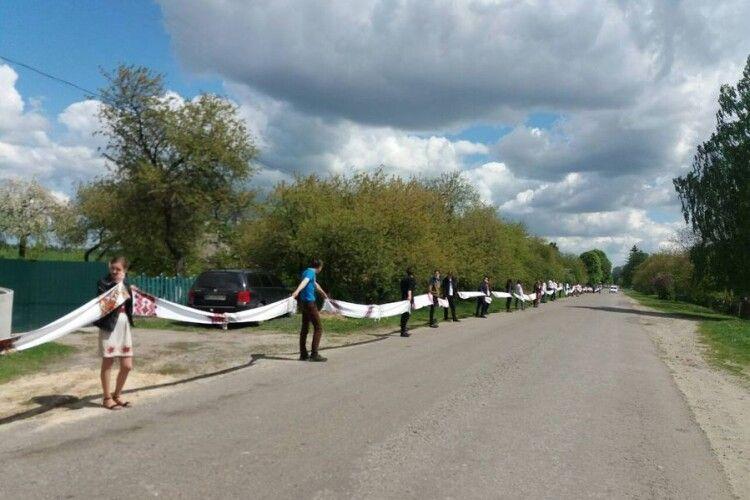Понад 200 жителів волинського села вийшло на акцію «Рушник єднання» (Фото, відео)