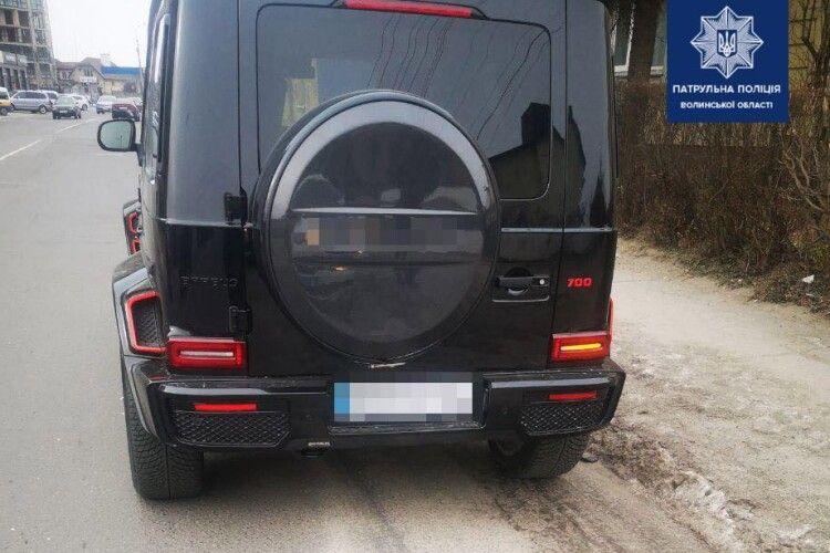 У Луцьку 33-річний водій їздив «ґелендеваґеном» без номерного знака