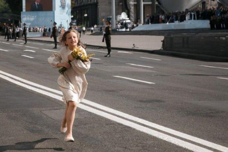 Хто ця дівчинка, яка на параді розчулила країну і змусила плакати Зеленського