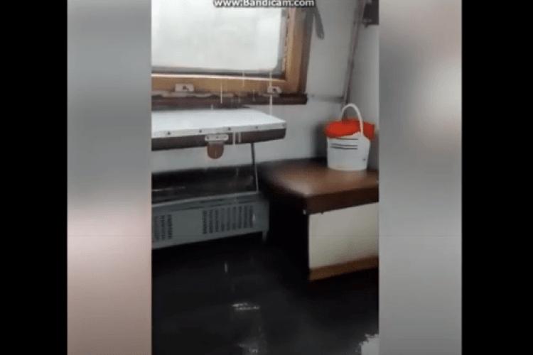 Пасажири «Укрзалізниці» під час дощу «прийняли душ» просто на своїх місцях (Відео)