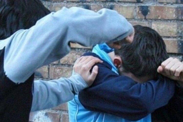 Проламав череп: на території однієї з луцьких шкіл жорстоко побилися підлітки