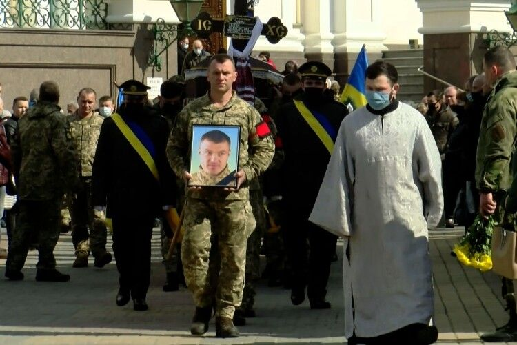 У Луцьку попрощалися із загиблим на Донбасі Героєм Сергієм Сулимою (Фото, відео)