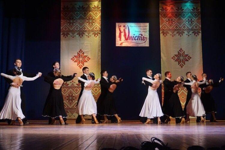 У Луцьку виступив народний аматорський ансамбль бального танцю