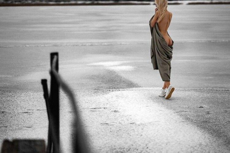 Луцький фотограф зазнімкував дівчину з оголеними на морозі сідницями (Фото 18+)