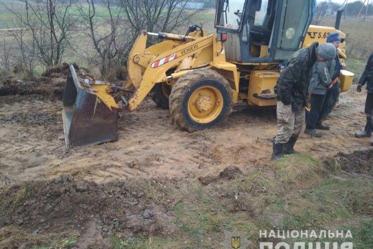 Троє волинян  вкрали причіп щебню з піском на залізниці (Фото)