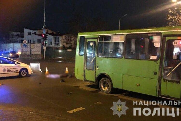 Чоловіка збила машина, а потім переїхав автобус