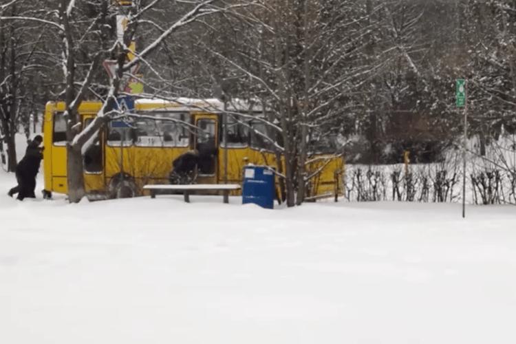 У Луцьку в снігові застрягла маршрутка: викопували 40 хвилин (Відео)