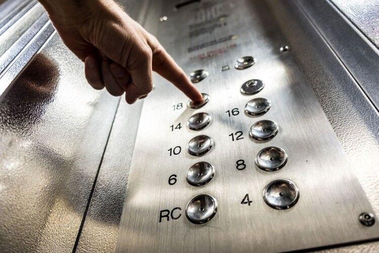 У багатоповерхівці обірвався ліфт, в якому було з вісім поліцейських та понятих