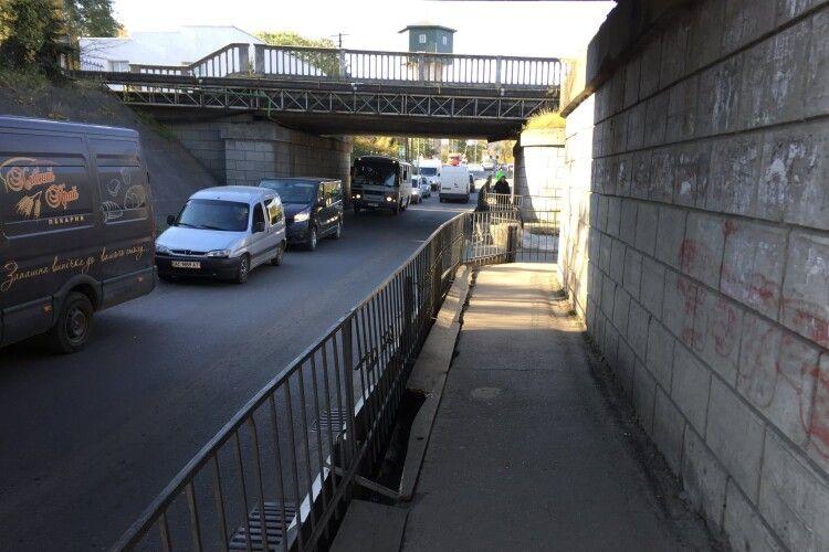 З пандусом і водовідведенням: у місті на Волині проведуть капітальний  ремонт пішохідної доріжки під залізничними мостами