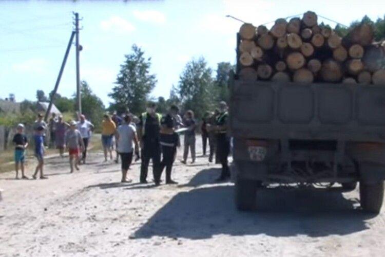 Жителі волинського села перекрили дорогу і не дають вивозити ліс