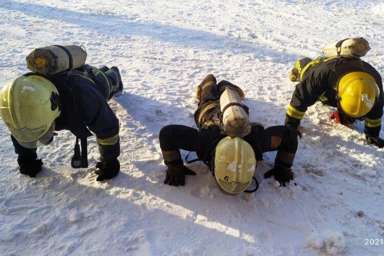Тренування по-волинськи: віджимання в протигазах на снігу і в мороз (Фото. Відео)