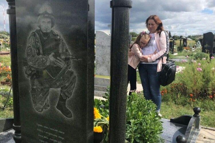 «Знає тата лише з фотографій»: коли він загинув під Іловайськом, Ані було 9 місяців