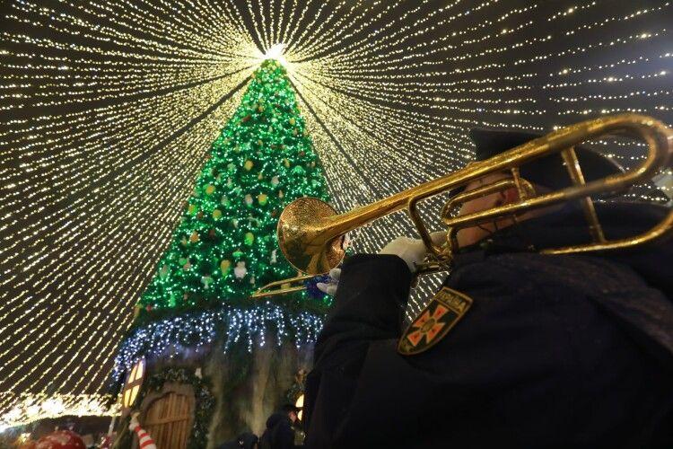 Оркестр ДСНС заграв «Let it snow» та «Jingle Bells Rock» біля головної ялинки України