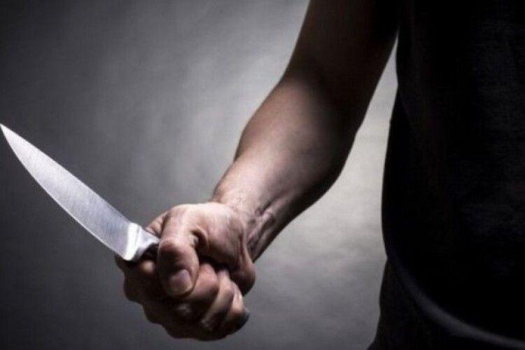 Невідомий на вулиці напав на перехожих: убив батька й сина, 8 людей поранив