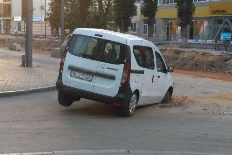 Автівка провалилася у яму на перекритому проспекті Волі у Луцьку