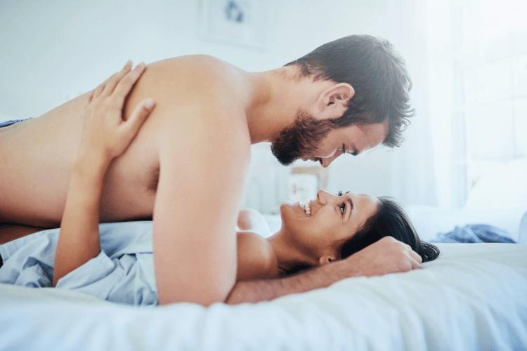 Учені розповіли, чому не варто вимикати світло у спальні під час сексу
