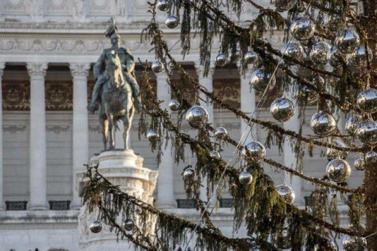 У Римі кепкують над «лисою» ялинкою