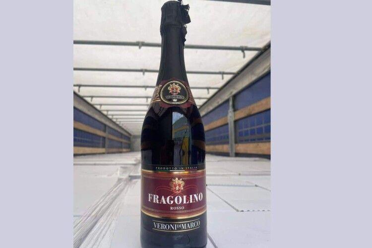 Волинські митники вилучили понад 17 тисяч пляшок шампанського