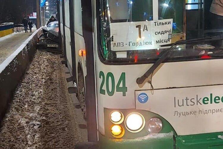 Посеред Луцька аварія за участю тролейбуса та автівки (Фото)