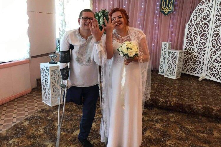 Він втратив праві руку і ногу на війні  у День незалежності України, а на минулих вихідних одружився
