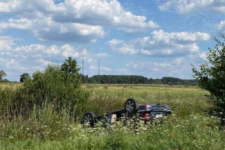 У курортній зоні на Волині зіткнулися дві автівки: одна перекинулась, інша в'їхала на могилки (Фото)