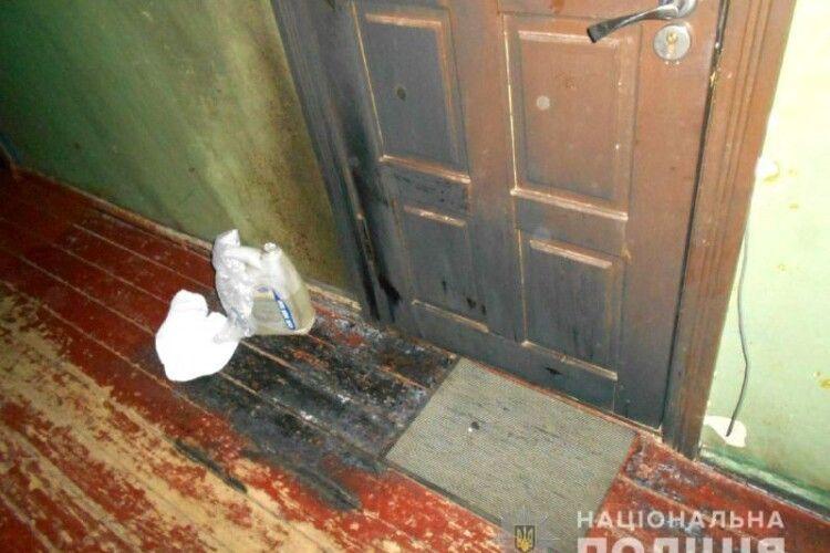 У Рівному 26-річний залицяльник купив на АЗС п'ять літрів бензину і падпалив двері квартири, в якій живе 22-літня дівчина