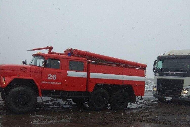 Рятувальники показали, як витягували авто на дорогах через сніг (Фото)