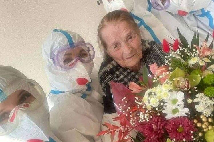 Виписали 100-річну бабусю, яка вилікувалась від коронавірусу