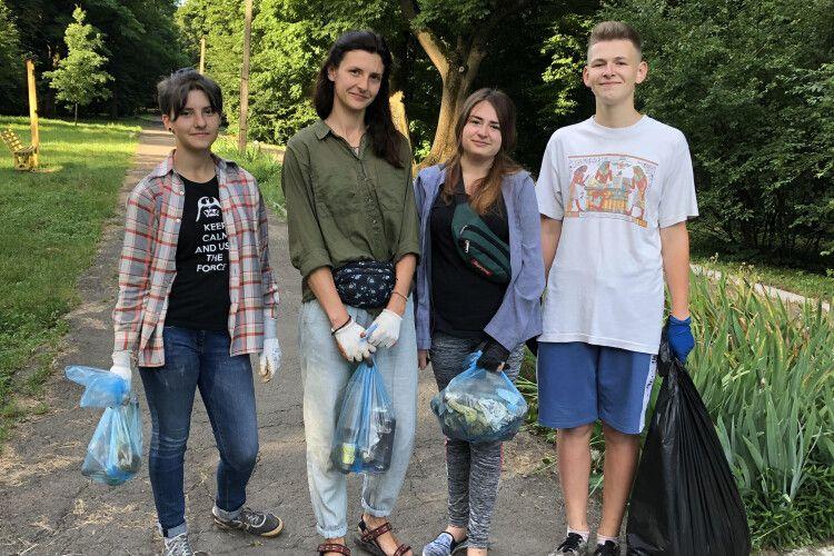 Уже з раннього-ранку горохівська молодь прибирає міський парк!
