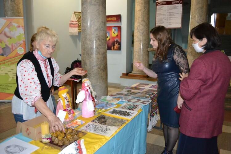 Лучанка організувала благодійну акцію, щоб зібрати кошти на каталог робіт сина-художника