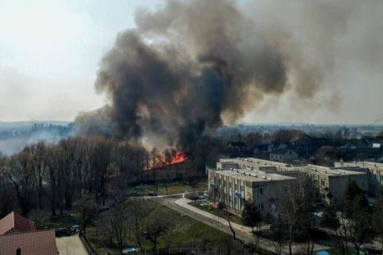 У Володимирі-Волинському біля дитсадка запалили сухостій