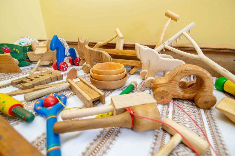 Волинянин виготовляє народні дерев`яні іграшки
