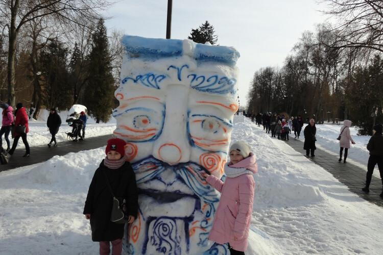«Гарно, як в дитинстві. Ще б шашличків»: лучани цілий день йшли до парку, аби побачити снігові скульптури (Фото)