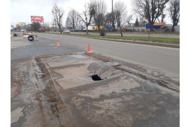 У Луцьку через аварійний обвал колектора перекрили вулицю