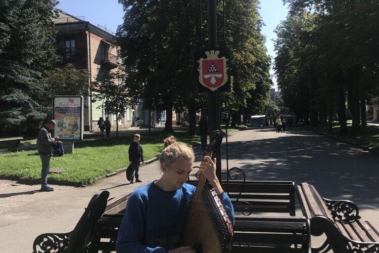 У Нововолинську на «стометрівці» своєю грою дивував людей мандрівний кобзар