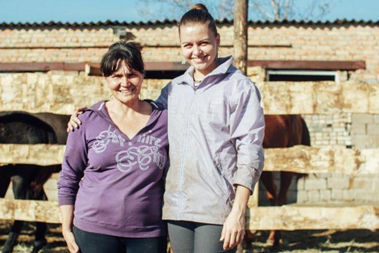 Коні, врятовані від обстрілів: як мати і донька зберегли табун із Авдіївки