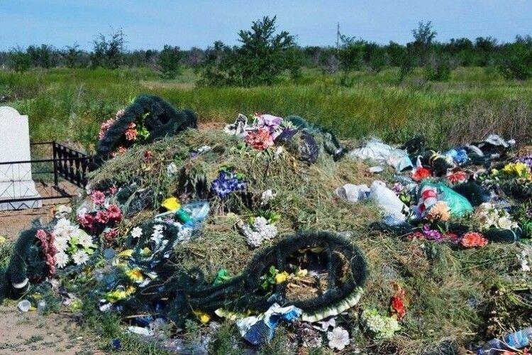 На Камінь-Каширщині заборонили пластикові вінки на кладовищах