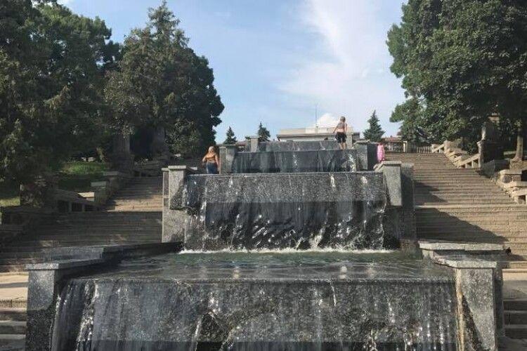 Чи відремонтують у центрі Луцька зруйнований фонтан