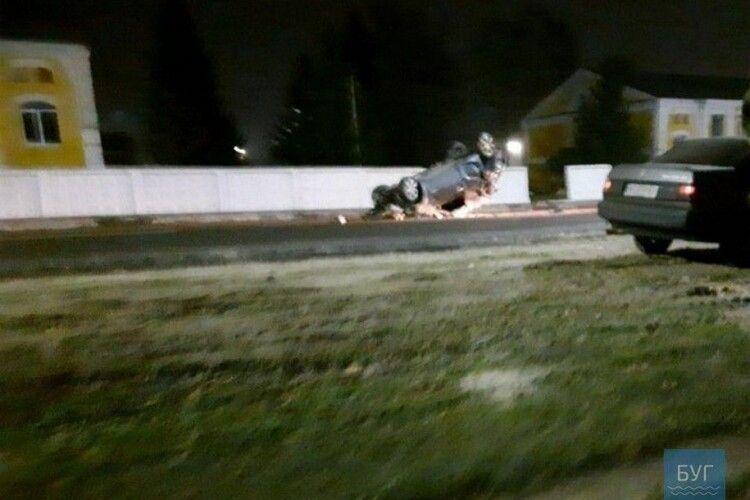 За кермом була 16-річна дівчина:у Володимирі автівка протаранила бетонний паркан 14-ої ОМБр
