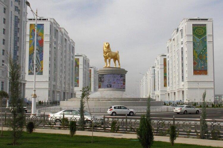 У столиці Туркменістану Ашхабаді встановили велетенський позолочений пам'ятник собаці породи алабай (Фото)