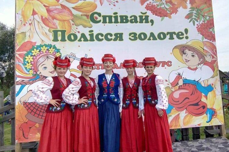 Юні аматори сцени в очікуванні результатів фестивалю «Співай, Полісся золоте!», який пройшов у Дольську на Любешівщині
