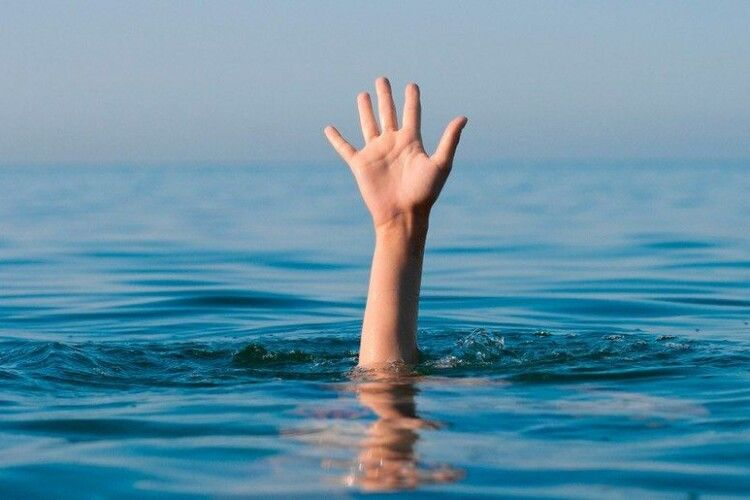 Тато намагався врятувати дочку, але не вмів плавати: на Рівненщині в річці потонули двоє людей