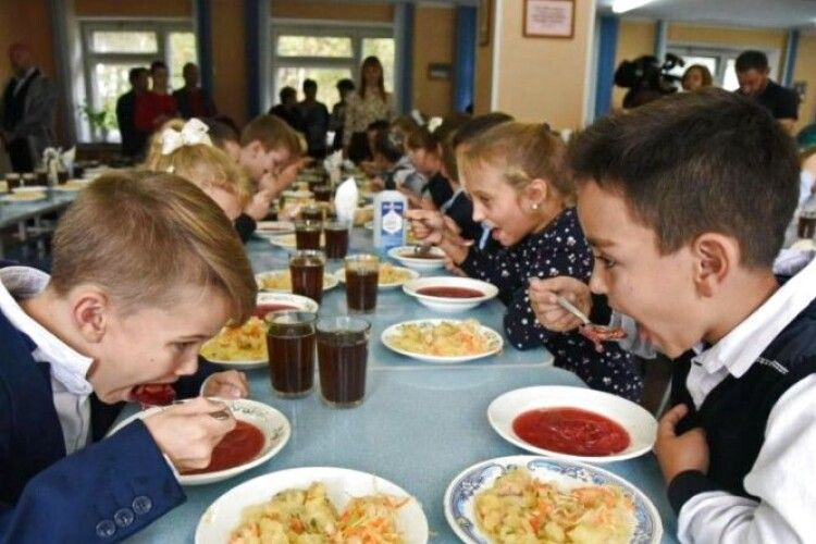 Стало відомо, коли у школах повернуть гаряче харчування