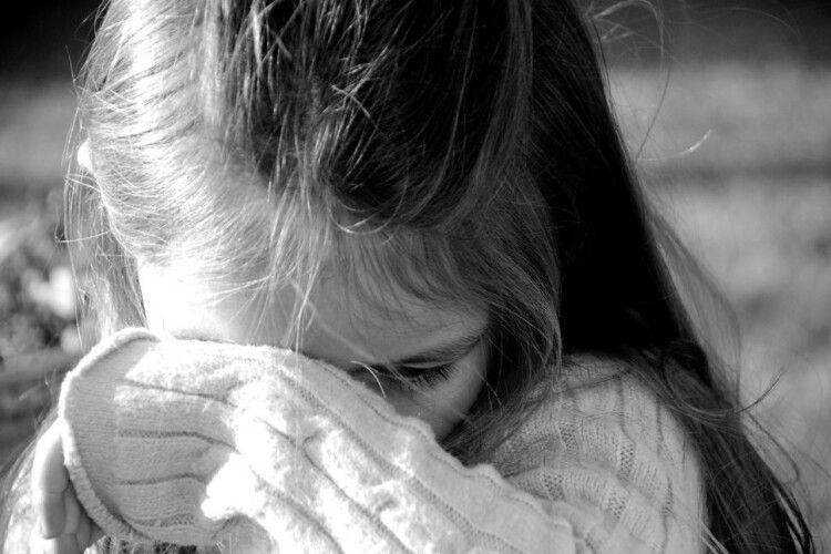 Дівчинка впала і вдарилася носом об плитку: на зупинці чоловік травмував дитину