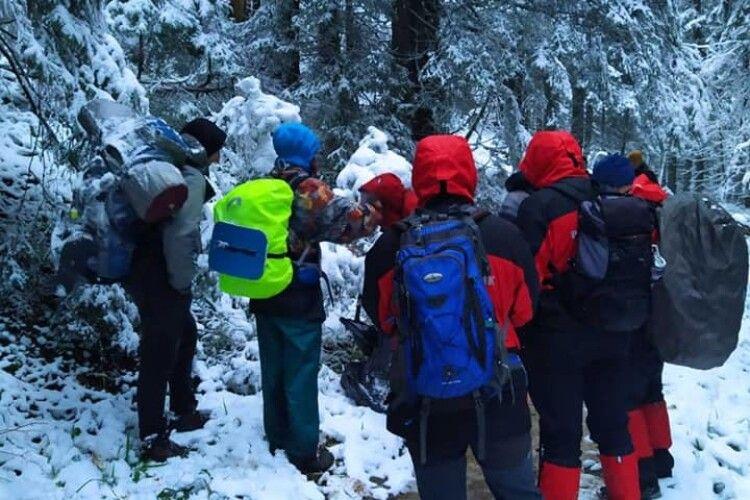 У Карпатах в горах через снігопад заблукали туристи (Фото)
