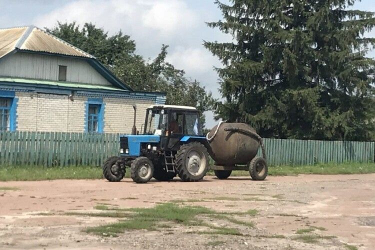 Волинянин на тракторі протаранив ворота односельчанина