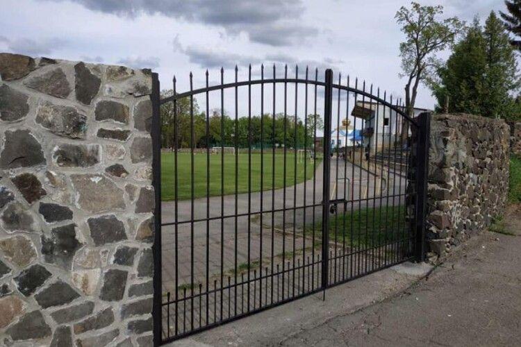 У містечку на Волині встановили нові ворота на стадіоні